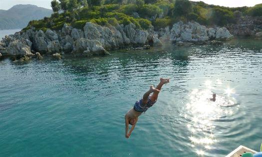 Neem een heerlijke duik in het azuurblauwe water tijdens de zeilvakanties op de Captain Jack